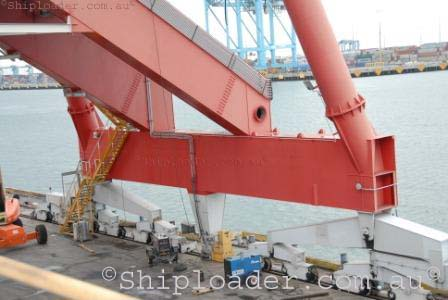Shiploader travelling bogies and waterside beam structure